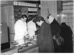 Alters- und Pflegeabgestimmte Ernährung Foto: Bundesarchiv, Bild 183-23912-0007 / CC-BY-SA [CC-BY-SA-3.0-de (www.creativecommons.org/licenses/by-sa/3.0/de/deed.en)], via Wikimedia Commons