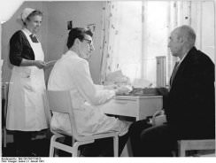 Pflegeberatungskurse früher und heute unterscheiden sich deutlich Foto: Bundesarchiv, Bild 183-79217-0013 / CC-BY-SA [CC-BY-SA-3.0-de (www.creativecommons.org/licenses/by-sa/3.0/de/deed.en)], via Wikimedia Commons
